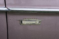 Bulgarien, Elhovo - 7. Oktober 2017: Rosa Ausweis des Cadillac-Reihen-62 Coupé-1958 Namensschilddetail rosa Cadillac-Auto Whit V- Stockfotografie