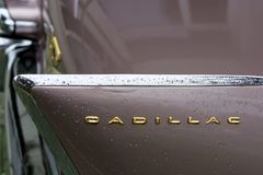 Bulgarien, Elhovo - 7. Oktober 2017: Rosa Ausweis des Cadillac-Reihen-62 Coupé-1958 Namensschilddetail rosa Cadillac-Auto Whit V- Lizenzfreies Stockbild