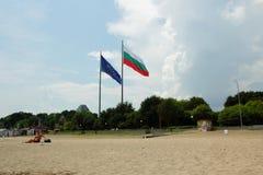 Bulgarien och europeiska fackliga flaggor som vinkar på stranden, Burgas, Bulgarien, Juli 24, 2014 Arkivfoto