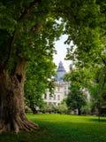 Bulgarien, Sofia, Hochschulpark gestaltet zwischen Bäumen lizenzfreies stockbild