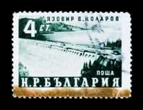 Bulgarienportostämpel som hedrar fem - årsplanet visar Hydro-elkraften damm, tekniker V Kolarov circa 1959 Royaltyfria Bilder