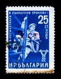Bulgarienportostämpeln visar lantlig elektrifiering, tidig avslutning av 5 år plan, circa 1959 Royaltyfria Bilder