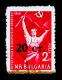 Bulgarienportostämpeln visar partiledaren med flaggan, circa 1959 Fotografering för Bildbyråer