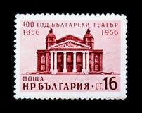 Bulgarienportostämpeln visar teaterbyggnad, årsdag 100, circa 1956 Royaltyfri Bild
