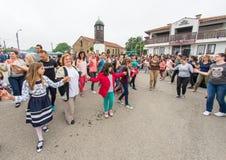 Bulgarije, dorp van Bulgaren Grappige vrouwen en kinderen op Nestenar-spelen Stock Foto's
