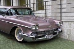 Bulgarije, Elhovo - Oktober 07, 2017: Roze Cadillac-Reeks 62 whit v-8 van het Coupé 1958 Kenteken motor, automatische transmissie Royalty-vrije Stock Foto