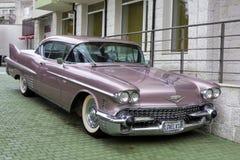 Bulgarije, Elhovo - Oktober 07, 2017: Roze Cadillac-Reeks 62 whit v-8 van het Coupé 1958 Kenteken motor, automatische transmissie Royalty-vrije Stock Foto's