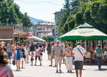 bulgarije Voetgangers op de straat Smolyan Stock Foto