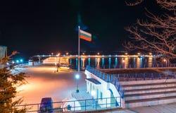 Bulgarische Flagge über dem neuen Fischereihafen in der Nacht Pomorie Stockfotografie