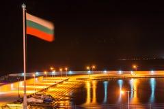 Bulgarische Flagge über dem neuen Fischereihafen in Pomorie Lizenzfreies Stockfoto