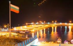 Bulgarische Flagge über dem neuen Fischereihafen in Pomorie Lizenzfreie Stockfotos