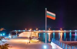Bulgarische Flagge über dem neuen Fischereihafen in Pomorie, Nacht Lizenzfreies Stockfoto