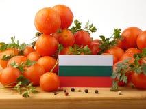 Bulgarische Flagge auf einer Holzverkleidung mit den Tomaten lokalisiert auf einem whi Lizenzfreie Stockbilder