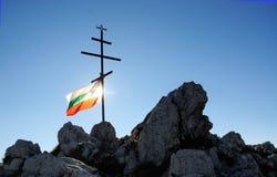 Bulgarische Flagge und Kreuz Stockfoto
