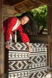 Bulgarische Frau mit Teppichen Lizenzfreie Stockfotos
