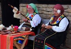 Bulgarische Needlewomen bei der Arbeit Lizenzfreie Stockfotografie