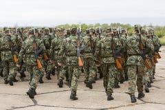 Bulgarische Soldaten in den Uniformen mit Gewehren der Kalaschnikow AK 47 Lizenzfreies Stockfoto