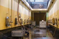 Bulgarische Weinkellerei- und Edelstahlfermentationsbehälter Stockfotos