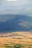 Bulgarisches blaues Gebirgsgelbfeld Stockfoto