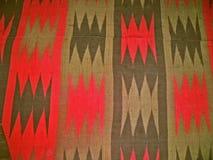 Bulgarisches traditionelles Volksteppichgewebe mit geometrischen Motiven und hellen Farben Stockfoto