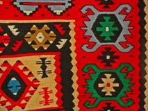 Bulgarisches traditionelles Volksteppichgewebe mit geometrischen Motiven und hellen Farben Lizenzfreies Stockfoto