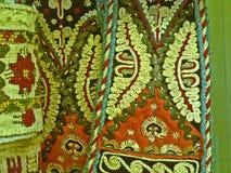 Bulgarisches traditionelles Volksteppichgewebe mit geometrischen Motiven und hellen Farben Lizenzfreie Stockfotografie