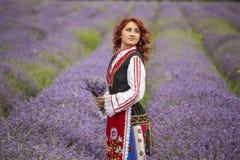 Bulgarisk flicka i ett lavendelfält royaltyfri foto