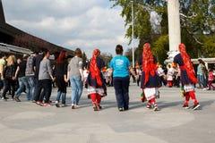 Bulgarisk folkdans Arkivfoto