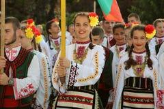 Bulgarisk grupp av dansare i traditionella dräkter Fotografering för Bildbyråer