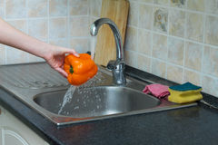 Bulgarisk orange peppar under rinnande vatten Royaltyfria Foton