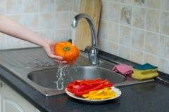 Bulgarisk orange peppar under rinnande vatten Royaltyfria Bilder