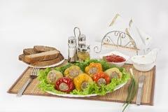 Bulgarisk peppar som är välfylld med kött med örter sås och gräddfil Ett fint mål för lunch royaltyfria foton