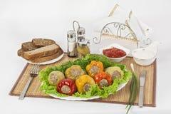 Bulgarisk peppar som är välfylld med kött med örter sås och gräddfil Ett fint mål för lunch arkivfoton