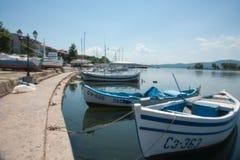 Bulgariska fartygfiskare på pir Arkivfoto