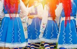 Bulgariska flickor i etniska traditionella dräkter royaltyfri bild