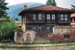 Bulgariskt trähus i stadskotelen Arkivbild
