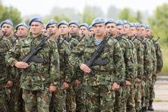 Bulgarsoldater i likformig med kalashnikoven AK 47 plundrar Royaltyfria Bilder
