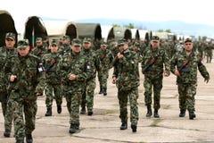 Bulgarsoldater i likformig med kalashnikoven AK 47 plundrar Arkivfoto