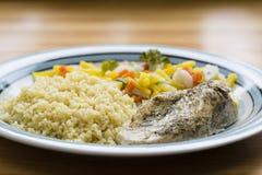 Bulghur & grönsaker med bakad höna Royaltyfria Bilder