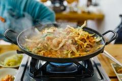 Bulgogi est un plat coréen qui se compose habituellement de la viande marinée grillée images stock