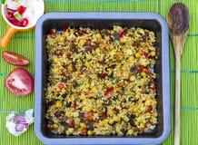 Bulgur cozido com vegetais perto acima Fotos de Stock
