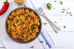 Bulgur delicioso com vegetais, carne e verdes em uma tabela de madeira branca Menu diet?tico Nutri??o apropriada imagens de stock