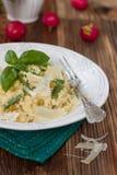 Bulgur mit grünen Bohnen, grünen Erbsen und Käse Lizenzfreie Stockfotos