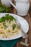 Bulgur mit grünen Bohnen, grünen Erbsen und Käse Stockfotos