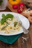 Bulgur mit grünen Bohnen, grünen Erbsen und Käse Lizenzfreie Stockbilder