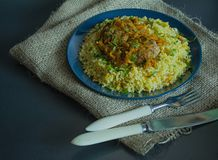 Bulgur mit Kotelett und Gemüse diente auf einer Platte Schweinefleischkoteletts mit Brei Richtige Nahrung Dunkler Hintergrund Ans stockbild
