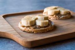 Bulgur Ryżowi torty z Pokrojonymi bananami i krakersami masła orzechowego, Round/ obrazy royalty free