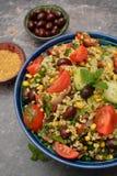 Bulgur tabouleh salade met groenten in een kom Royalty-vrije Stock Foto