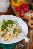 Bulgur z fasolkami szparagowymi, zielonymi grochami i serem, Obrazy Royalty Free