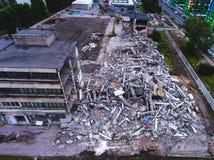 buliding爆破的过程,被拆毁的房子,从空气的射击与寄生虫 库存图片
